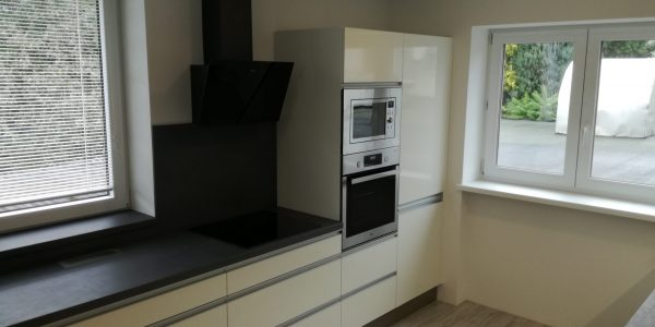 Černobílá kuchyně se dvěma linkami 1