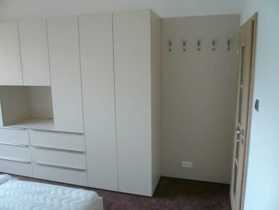 Vybavení ložnice - šatní skříň a noční stolky 1