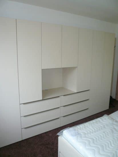 Vybavení ložnice - šatní skříň a noční stolky 2