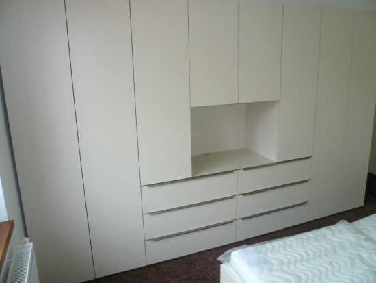 Vybavení ložnice - šatní skříň a noční stolky 3