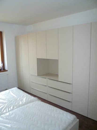 Vybavení ložnice - šatní skříň a noční stolky 5