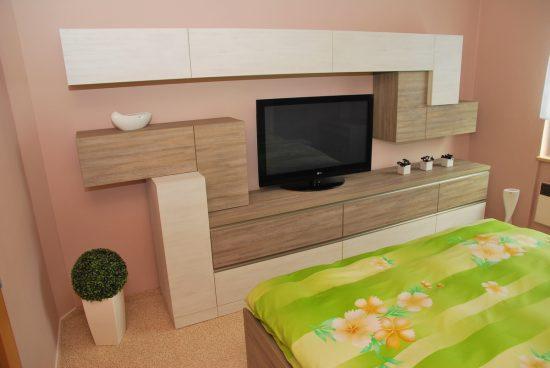 Televizní stěna v ložnici 1