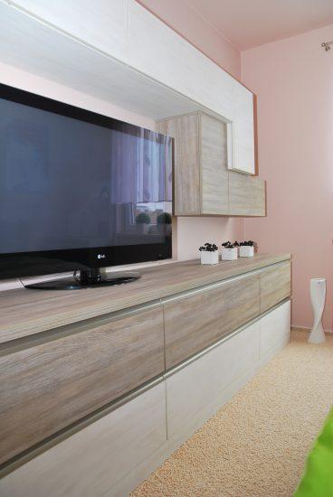 Televizní stěna v ložnici 2