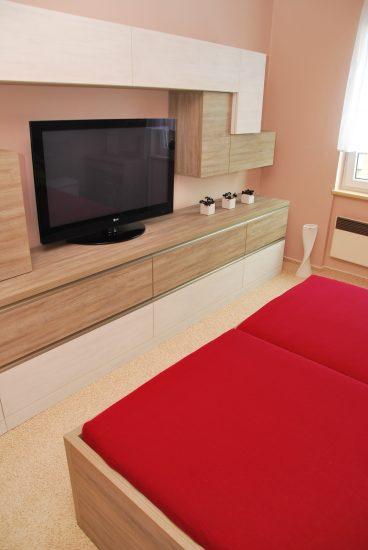 Televizní stěna v ložnici 6